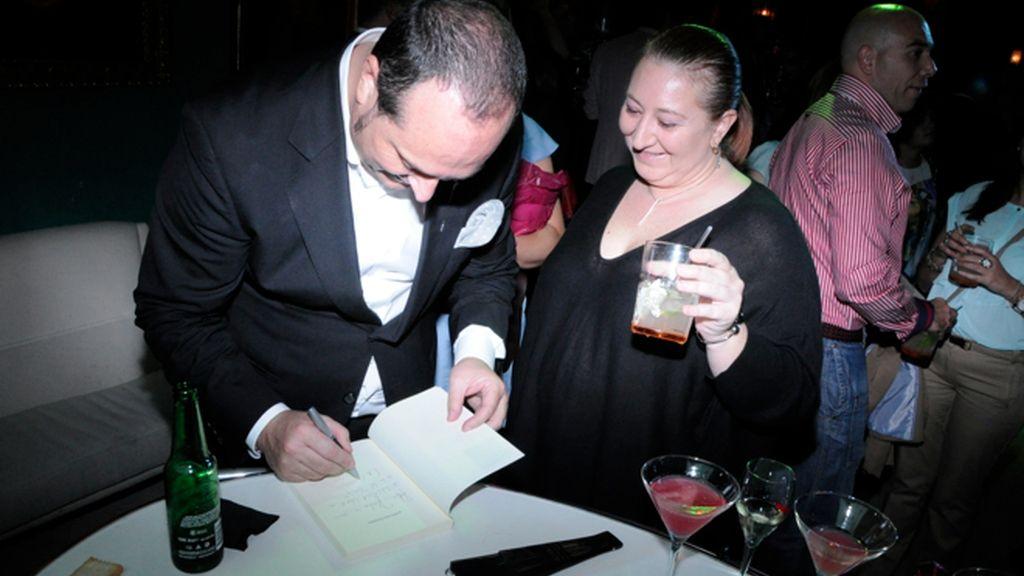 Nacho Montes presenta su libro rodeado de amigos