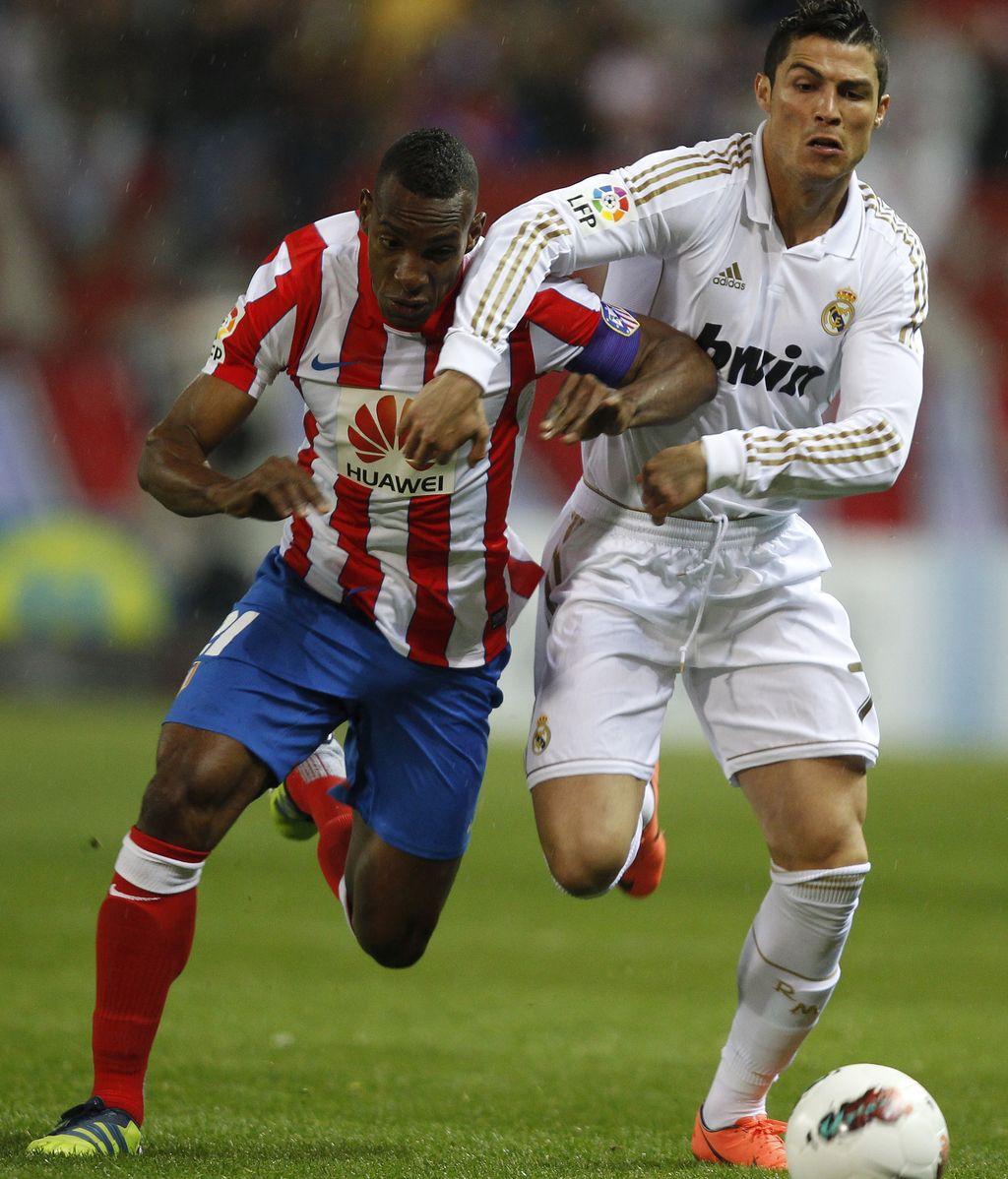 Perea disputa el balón a Cristiano Ronaldo