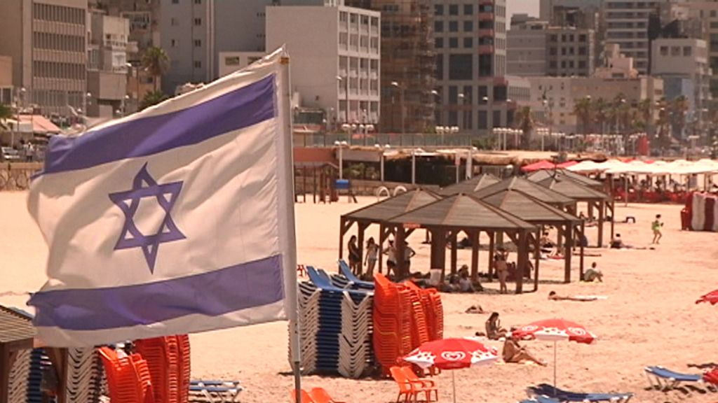 Playa de Tel Aviv con la bandera de Israel