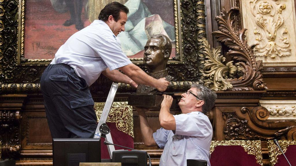 Colau retira el busto de don Juan Carlos del Salón de plenos del Ayuntamiento de Barcelona