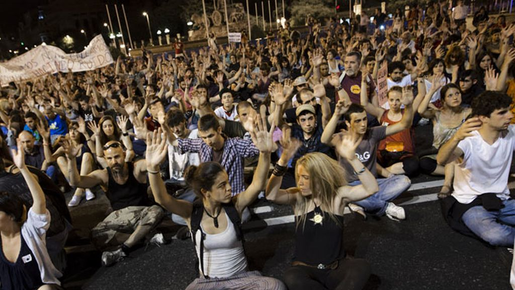 Los indignados hacen una sentada en la plaza de Cibeles.