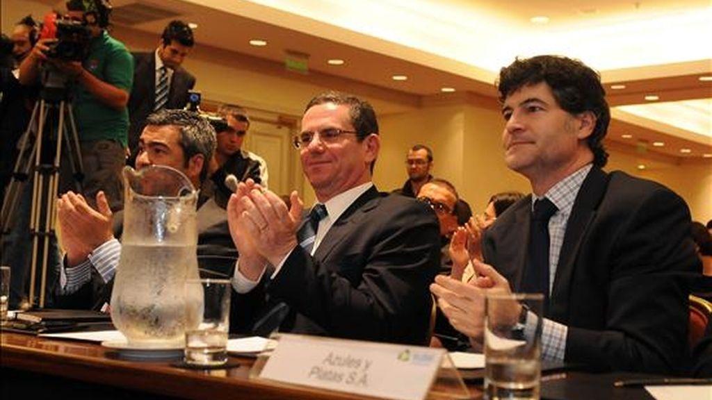 El representante de la compañía Telefónica de España Sergio Regueros (c) aplaude junto a sus compañeros el 7 de enero de 2011, en San José (Costa Rica), tras realizar la oferta más alta de 95 millones de dólares, arriba de los 77 millones de dólares propuestos por América Móvil de México, para adjudicarse una de las licitaciones que le permitiría a la empresa operar en Costa Rica. EFE