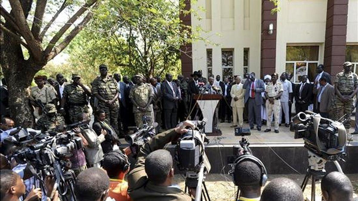 El presidente de Sudán Omar Hassan Ahmad al-Bashir (c) y su primer vicepresidente y presidente del gobierno de Sudán del Sur, Salva Kiir (izq.) intervienen ante la prensa tras su llegada al aeropuerto de Juba, Sudán. EFE