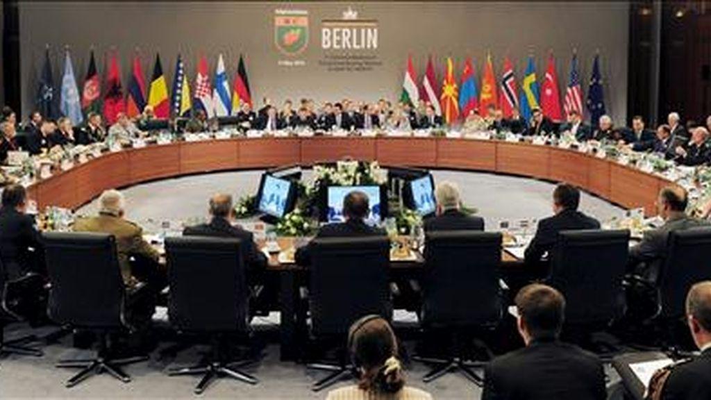 Los ministros de Defensa y los jefes de Estado Mayor de los países participantes en la Fuerza Internacional de Asistencia para la Seguridad de Afganistán (ISAF) analizan su misión en una reunión celebrada este martes en Berlín. EFE