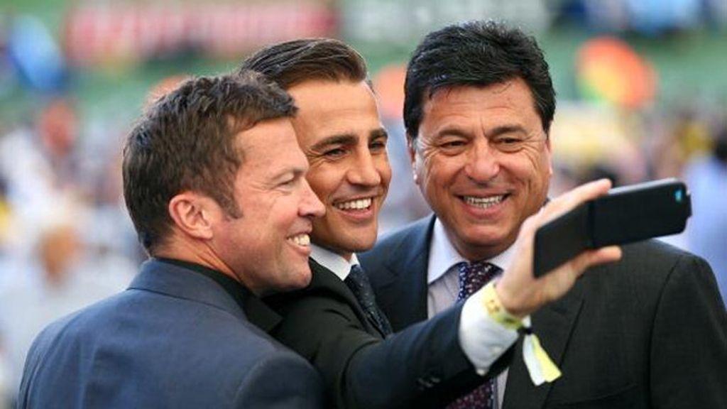 Matthaüs, Cannavaro y Pasarella se hacen un 'selfie' en el estadio