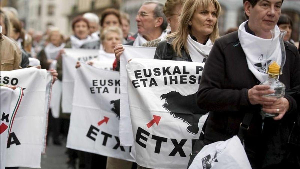 Manifestantes sosteniendo banderas durante la manifestación celebrada el pasado sábado en Bilbao para reclamar el cambio de la política penitenciaria del Gobierno de España hacia los presos de ETA. EFE