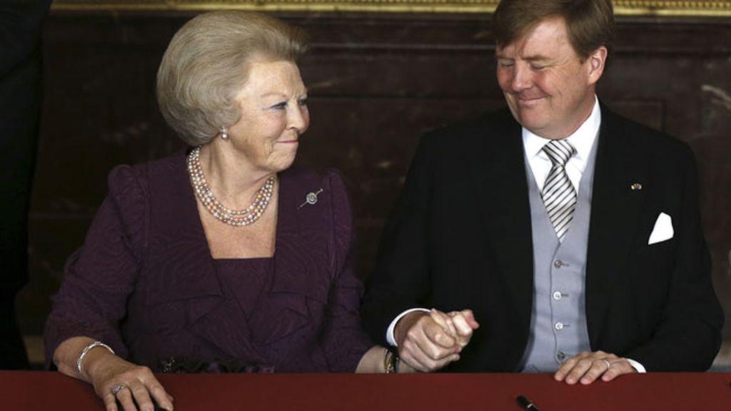 Beatriz, emocionada, sonríe a su hijo