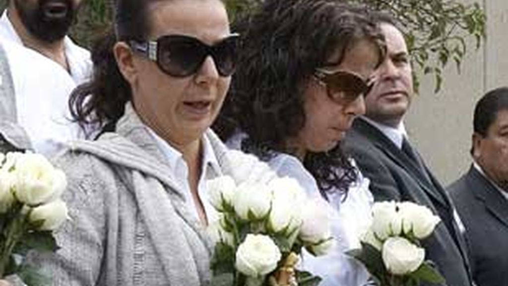 La madre, en la imagen durante el entierro de la niña, acusa a su esposo de ocultar algo. FOTO: EFE / Archivo