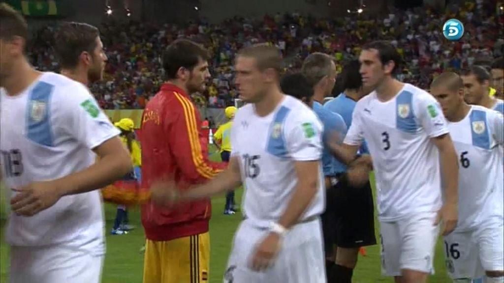 El portero saluda a los jugadores uruguayos