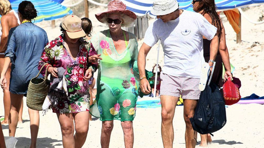 La Duquesa y su novio en la playa
