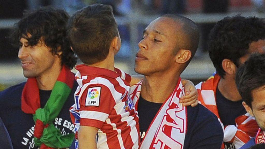 Joao Miranda subió acompañado de sus dos hijos