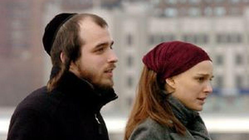 Natalie Portman y Abe Karpen en una escena de la película.