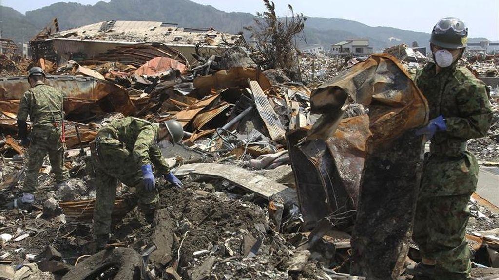 Un efectivo de las Fuerzas de Autodefensa japonesas busca personas desaparecidas entre los escombros del distrito de Akahama, en Otsuchi-cho, prefectura de Iwate (Japón). EFE/Archivo