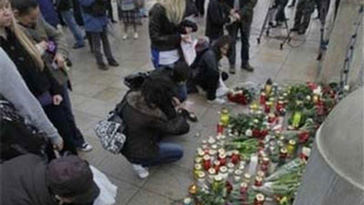 miles de compungidos varsovianos han acudido en masa a las puertas del palacio presidencial para depositar flores y velas. Foto:EFE.