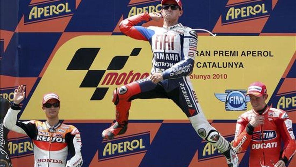 Los pilotos españoles Jorge Lorenzo (Yamaha) (c); Dani Pedrosa (Honda) (i) y el australiano Casey Stoner (Ducati) (d), tras lograr la primera, segunda y tercera posición respectivamente, en la prueba de MotoGP del Gran Premio de Cataluña. EFE