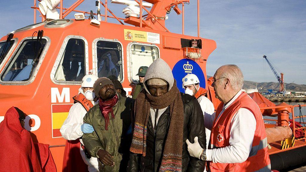 Salvamento Marítimo intercepta una patera con 50 inmigrantes en el mar de Alborán