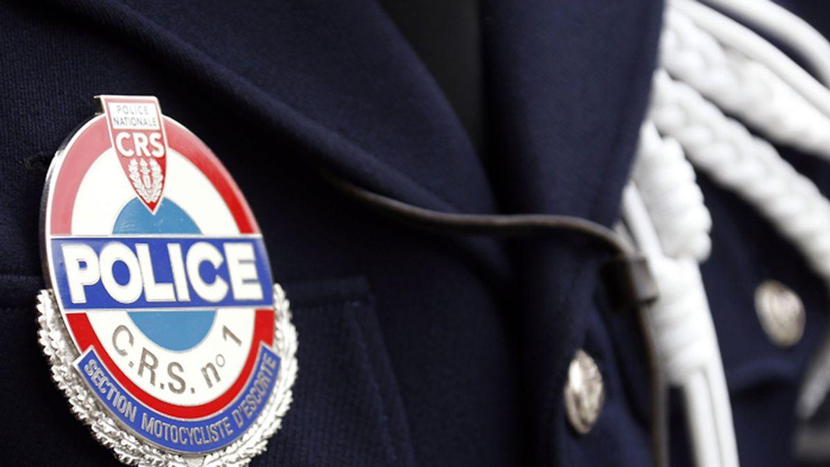 Un miembro de la Guardia Republicana de Securidad francesa luce su insignia
