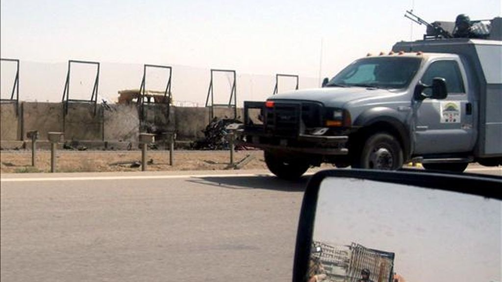 Vehículos de las fuerzas de seguridad iraquíes junto al lugar donde un terrorista suicida detonó la carga que portaba en su camión, frente a la entrada de la prisión de Abu Ghraib, hoy en Bagdad (Irak). EFE