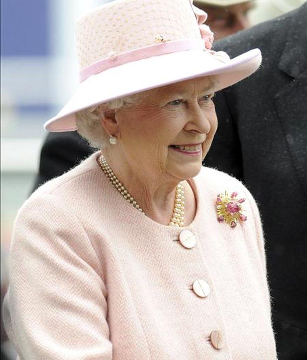 La Reina Isabel II de Inglaterra sonríe mientras asiste al derby Investec en el hipódromo de Epsom (Reino Unido) el 6 de junio pasado. EFE/Archivo