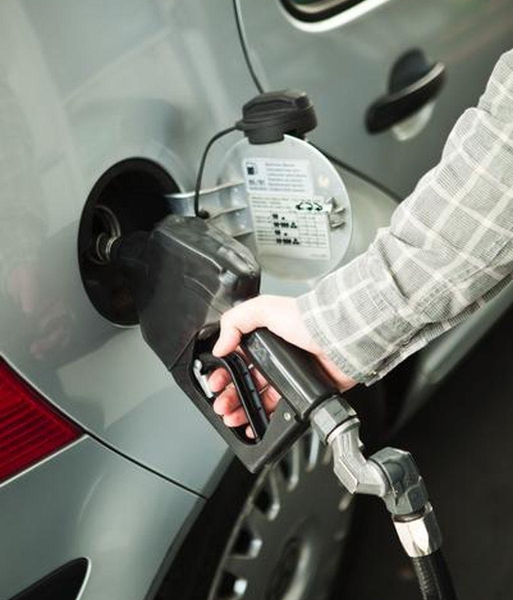 Una persona echando gasolina