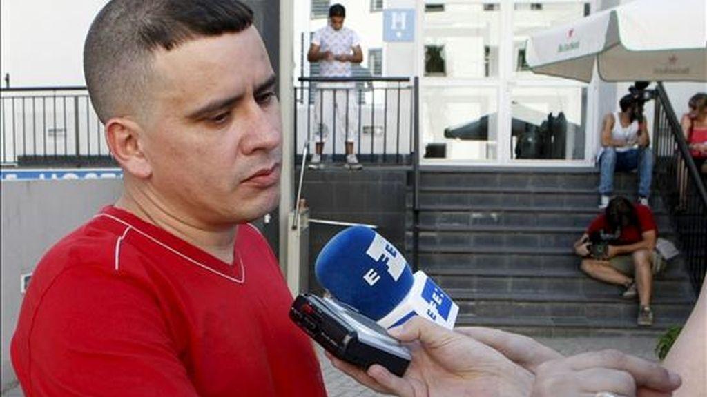 Uno de los siete disidentes cubanos que llegaron a España, Pablo Pacheco, hace declaraciones a la prensa en Madrid tras su liberación. EFE
