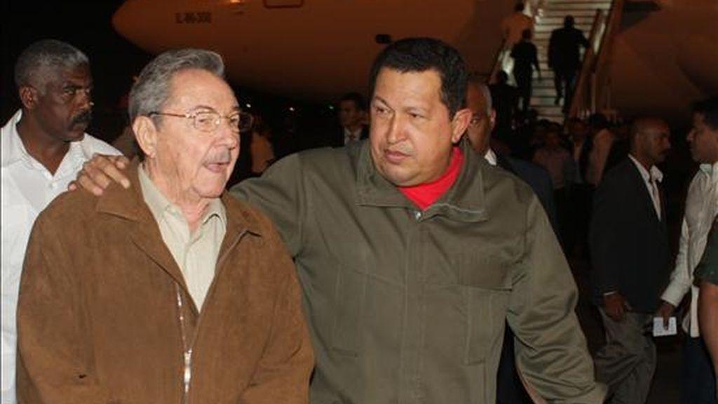 Fotografía que muestra al presidente de Venezuela, Hugo Chávez (d), a su llegada al aeropuerto José Martín de La Habana, donde fue recibido por el presidente cubano, Raúl Castro (i). EFE