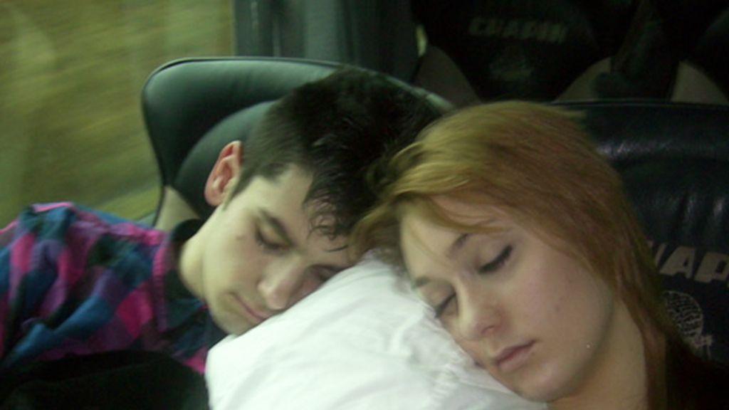 Kevin y Lisa dormiditos en el bus a Bilbao