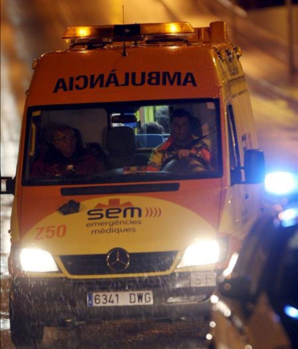 Una ambulancia traslada a un hospital a un heriod en un accidente. EFE/Archivo