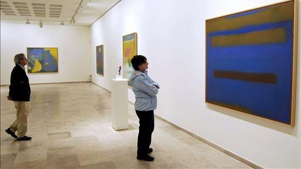 Dos personas observan algunas de las obras del Museo de Arte Contemperáneo de Segovia. EFE
