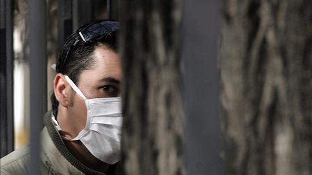 Hay 161 pacientes en estado grave y cuatro personas han fallecido a causa del virus, la última de las cuales es un hombre de 40 años que falleció ayer en un hospital de Santiago. EFE/Archivo