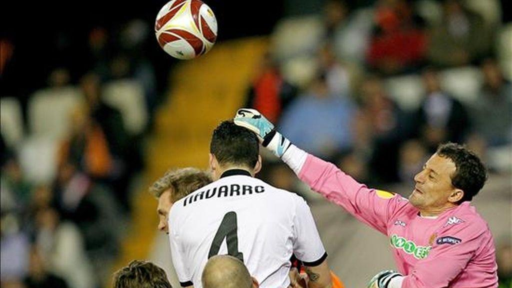 El portero del Valencia CF, César Sánchez, despeja un balón durante el partido de ida de octavos de final de la Liga Europa que Valencia CF y Werder Bremen disputaron el pasado 11 de marzo en el estadio de Mestalla, en Valencia. EFE/Archivo