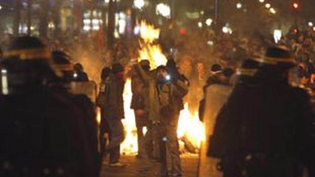 Los manifestantes hicieron hoguerras en la calle y volcaron vehículos. Vídeo: Informativos Telecinco.