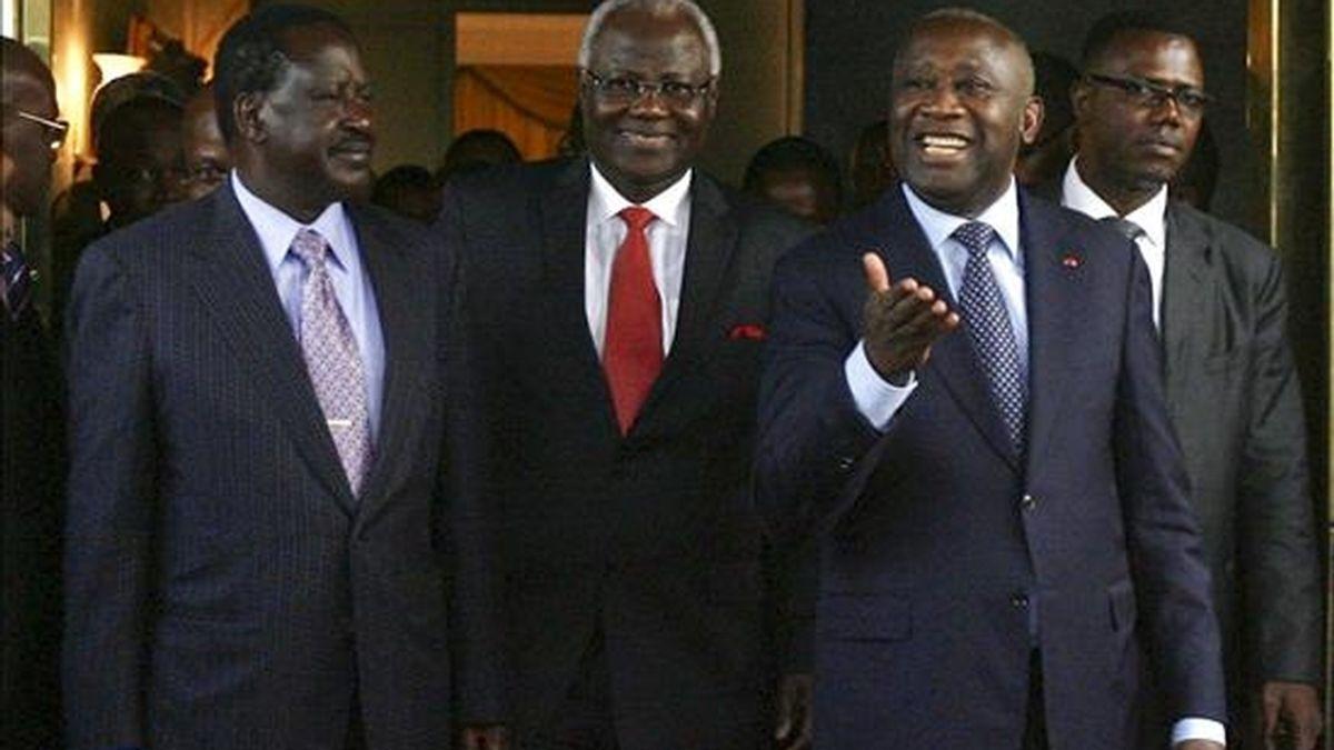 El primer ministro de Kenia Raila Odinga (i) y el presidente de Sierra Leona Ernest Bai Koroma (c) son recibidos por Laurent Gbagbo (d), todavía presidente de Costa de Marfil, a su llegada al palacio presidencial en Abiyán, Costa de Marfil. EFE