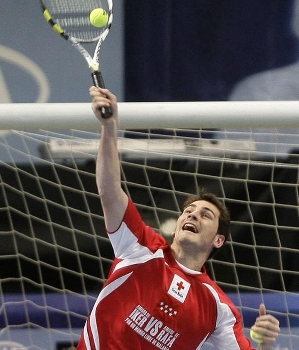 Iker Casillas jugando al tenis en el Partido contra la malaria