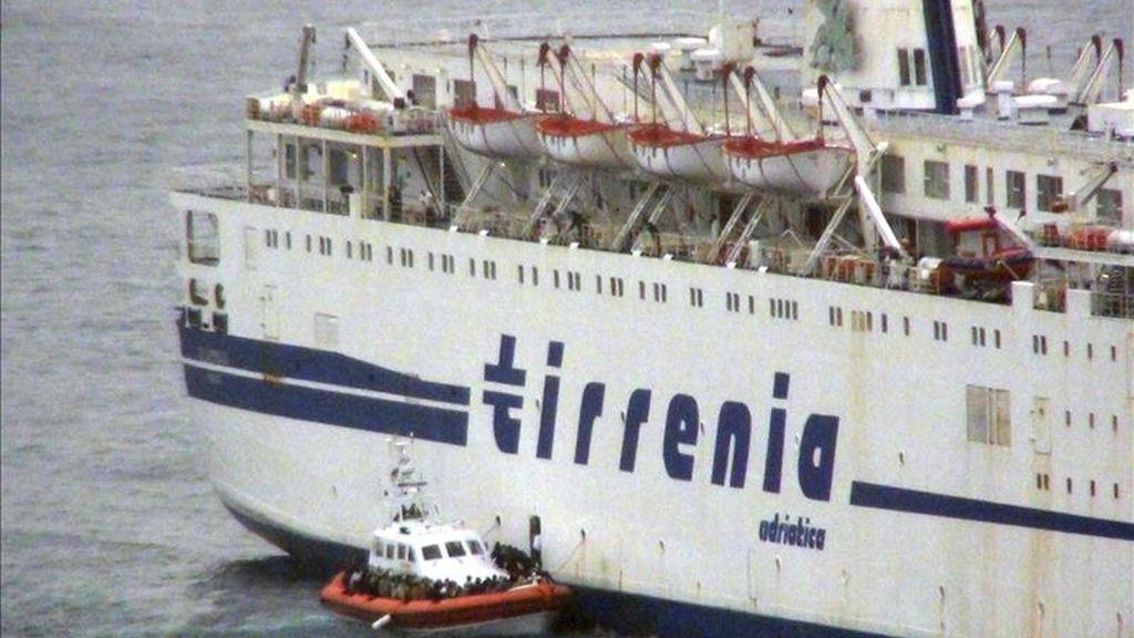 Una lancha de la Guardia Costera italiana recogiendo refugiados de un ferry de la compañía italiana Tirrenia Adriatica en las costas de Lampedusa (Italia) hoy. EFE