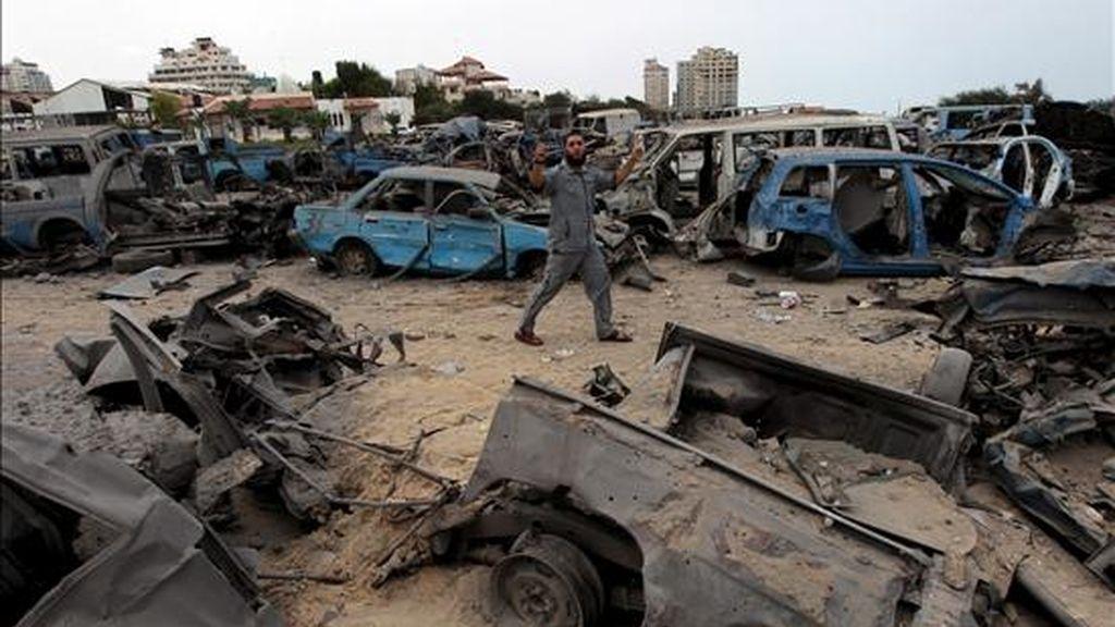 Varios palestinos inspeccionan la zona de seguridad de Hamás destruida tras un ataque aéreo israelí hoy 31 de julio de 2010. Un miembro del movimiento islamista Hamás murió y otros nueve palestinos resultaron heridos en diferentes ataques efectuados por la aviación israelí desde la pasada madrugada en Gaza, dijeron fuentes sanitarias oficiales en la franja. EFE