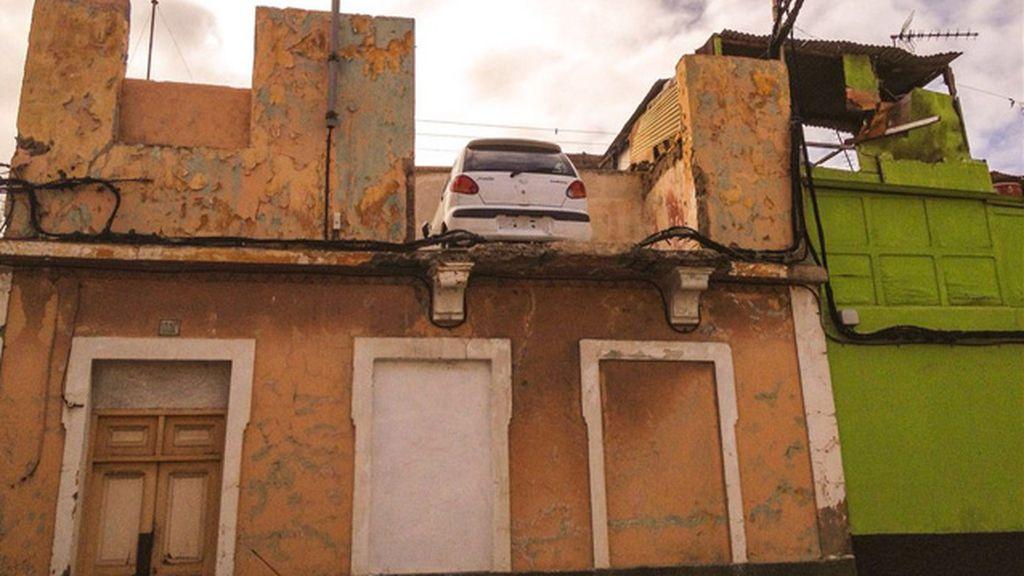 Automóvil en la planta alta de una vivienda abandonada