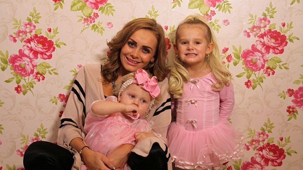 Maquilla y viste de marca a sus hijas desde que nacieron