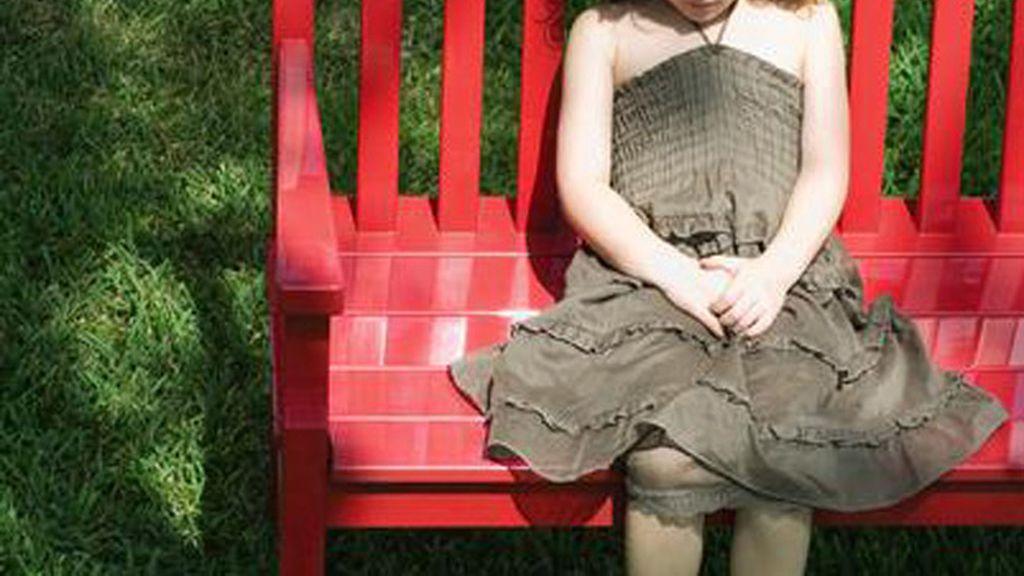 Niña sentada en un banco