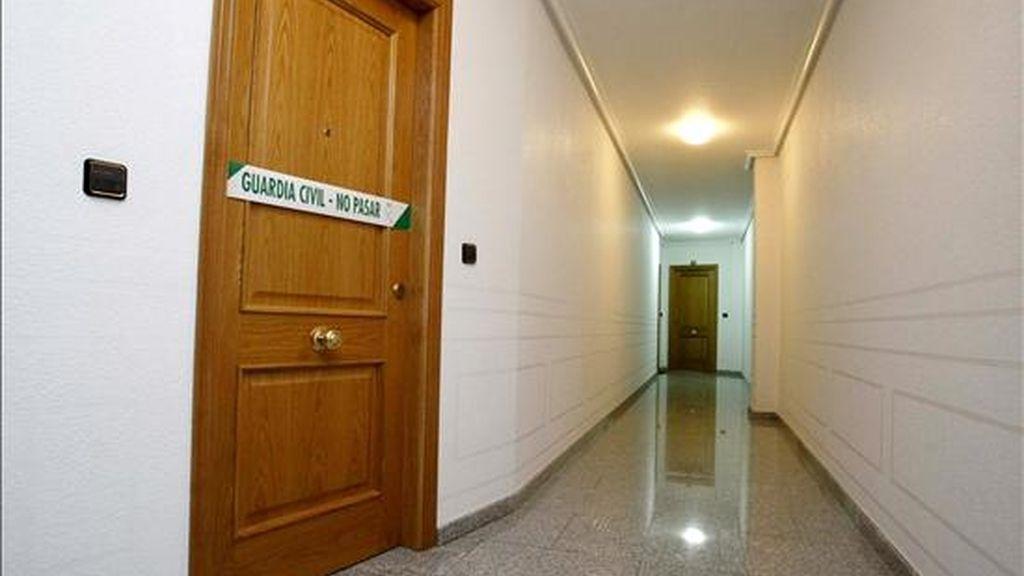Imagen de la puerta de la vivienda donde ayer fue asesinada una joven de 23 años a manos de su ex pareja, también de 23 años, que tenía una orden de alejamiento en vigor. EFE