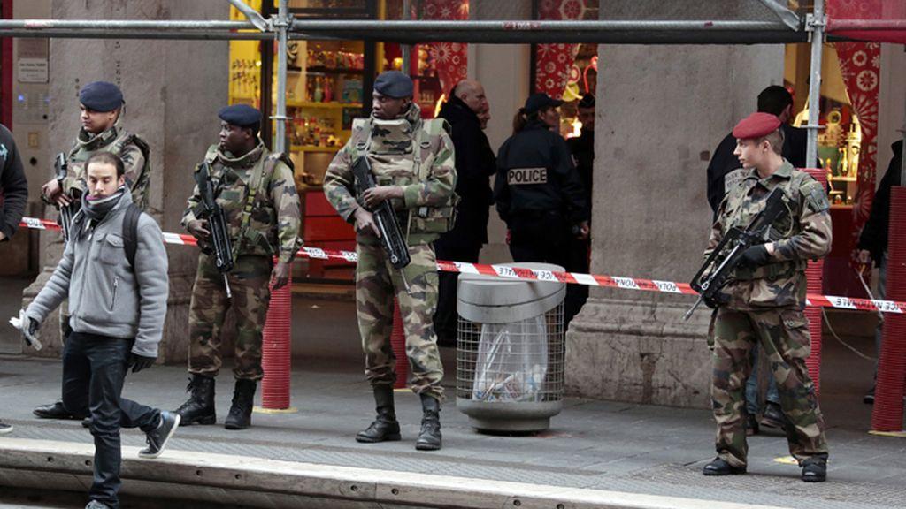 Atacan a los militares que custodiaban un centro judío en Niza, Francia