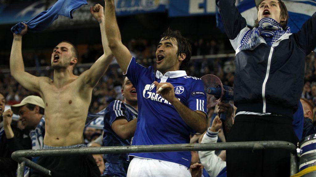 Durante dos años jugó con el Schalke y ganó la Copa y la Supercopa de Alemania