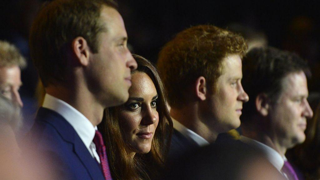 El Principe Guillermo, su esposa Catalina y el Príncipe Enrique durante el acto de inauguración de los Juegos Olímpicos de Londres 2012