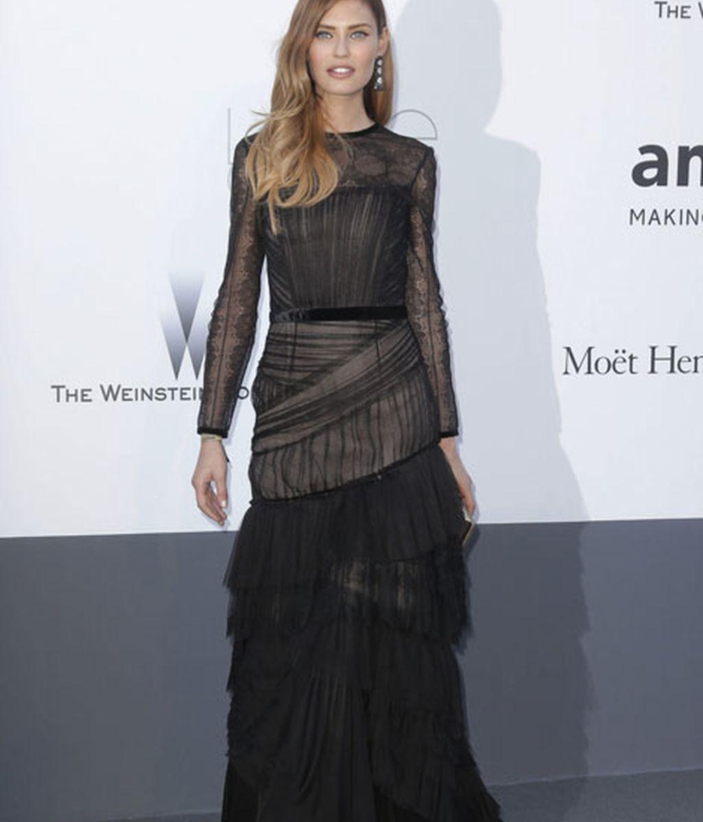 Bianca Balti vestida de negro por Alberta Ferretti
