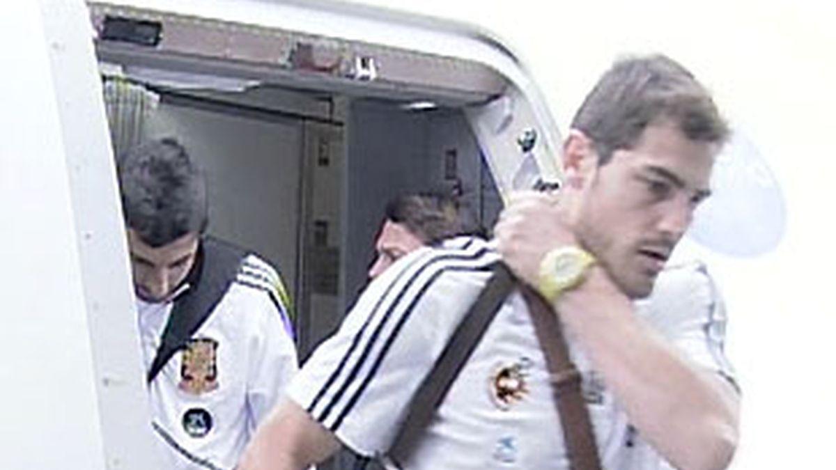 Casillas, el primero en bajar del avión. VÍDEO: Informativos Telecinco.