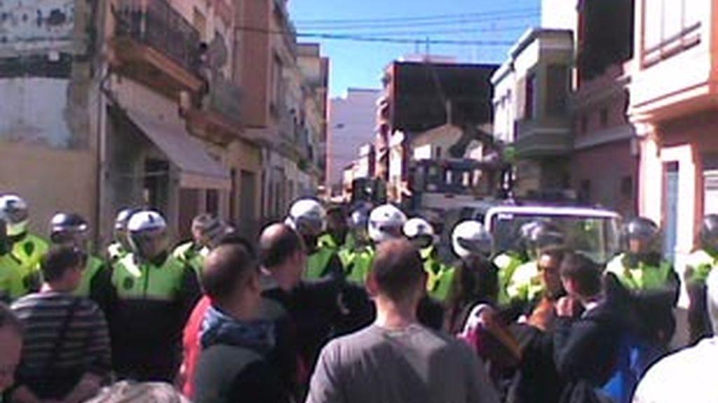 Enfrentamientos entre la policía y los vecinos en el Cabanyal. Video: Informativos Telecinco