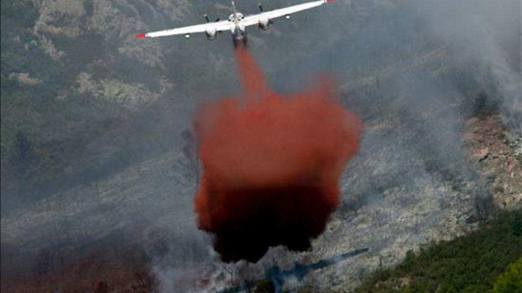 Un avión participa en las labores de extinción de un incendio forestal en Francia. EFE/Archivo