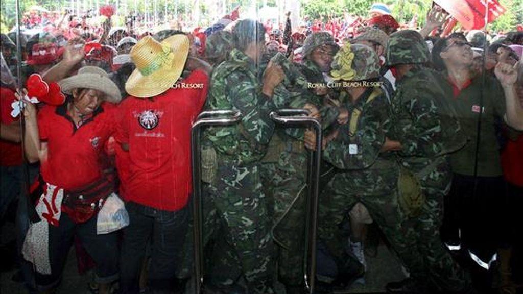 Manifestantes opuestos al Gobierno se han enfrentado al ejército mientras intentan irrumpir en una sede de la cumbre de la Asociación de Países del Sudeste Asiático (ASEAN), en Pattaya (Tailandia). Vídeo: ATLAS