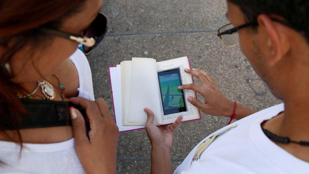 El móvil dentro de un libro para ahuyentar a los ladrones