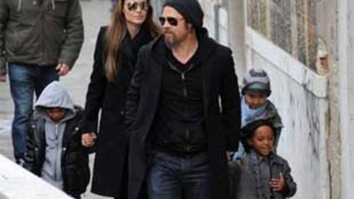 Imagen de archivo de Brad Pitt y Nagelina Jolie con tres de sus hijos. Foto: AP.